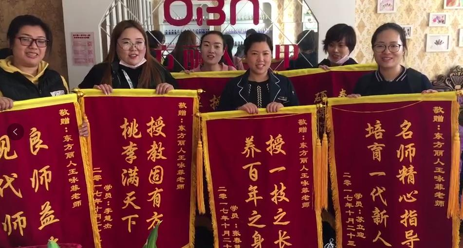 七位同学就早早为王老师准备了锦旗,对老师的悉心教导表示感谢!